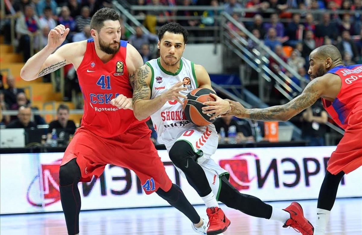 Larkin controla el balónen un partido de Euroliga ante el CSKA