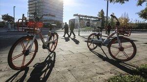Las bicicletas compartidas de Mobike en las aceras de L'Hospitalet.