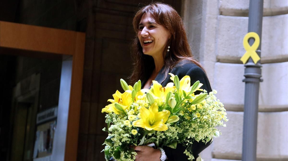 Laura Borràs, con un ramo de flores que le entregaronlos trabajadores del Departament de Cultura tras su nombramiento como 'consellera'.