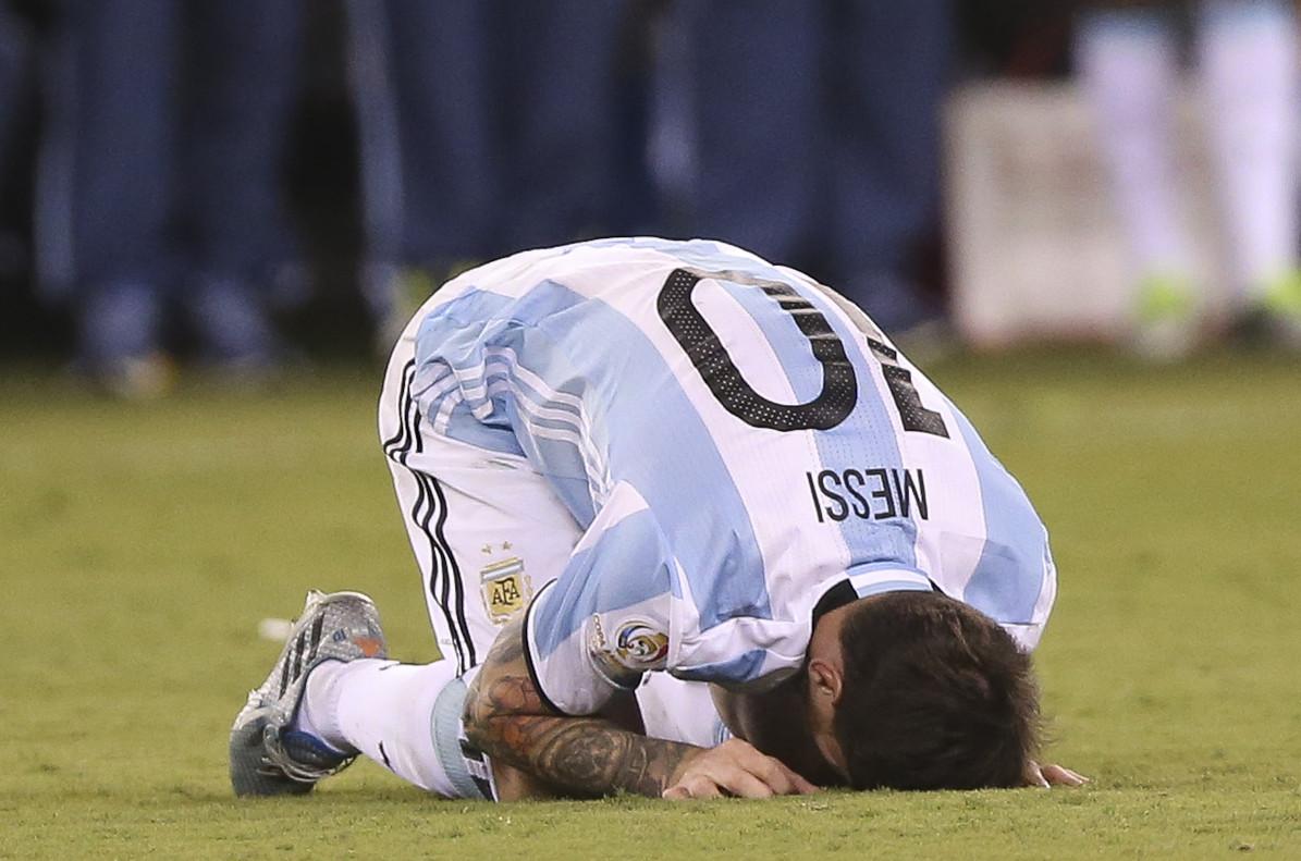 Leo Messi se lamenta tras fallar el penalti frente a Chile.