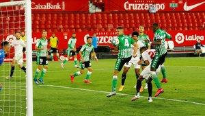 Una imagen del Sevilla-Betis, que reabrió el campeonato.
