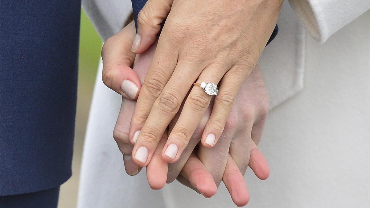 Detalle del anillo de pedida.