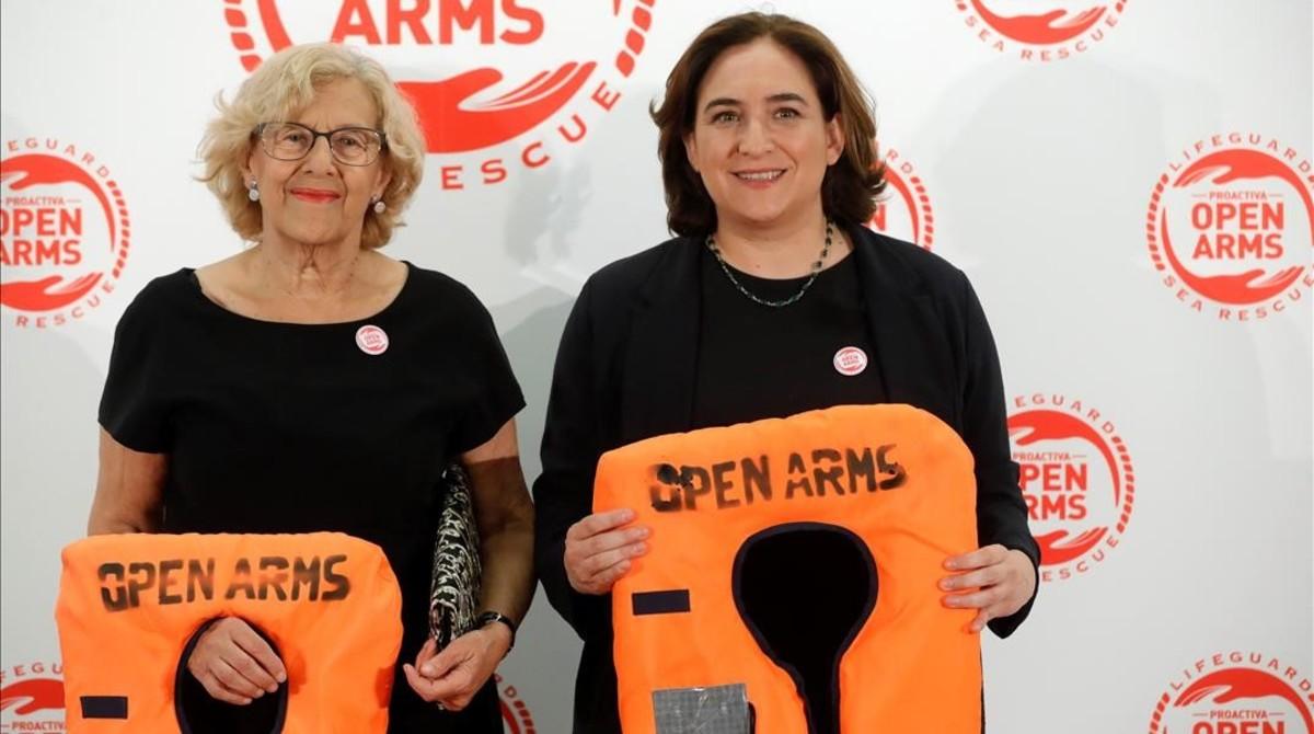 La alcaldesa de Madrid, Manuela Carmena, y la de Barcelona, Ada Colau en la cena benéfica.
