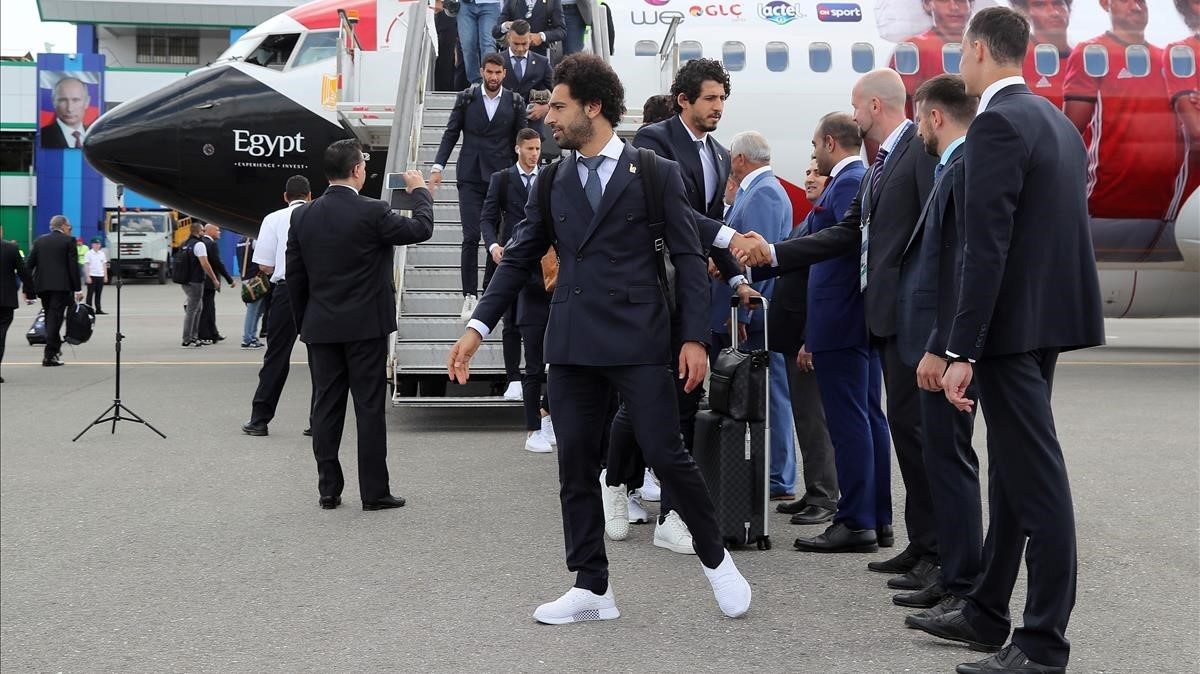 Los egípcios, traje y calzado deportivo, a su llegada al aeropuerto de Grozny.