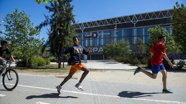 El logo de Power8 preside la fachada del estadio del Espanyol.