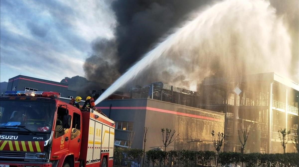 Los bomberos durante las tareas de extinción del incendio, este jueves en China.