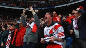 Los fans de River celebran el triunfo de su equipo.