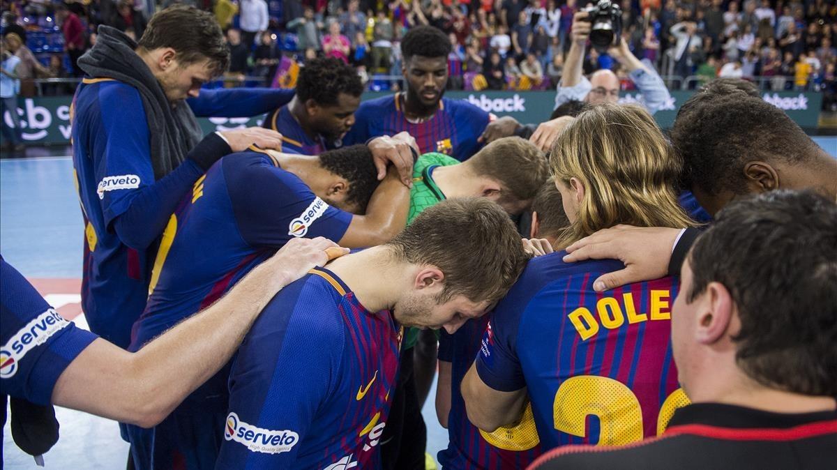 Los jugadores azulgranas, desolados tras la eliminación.
