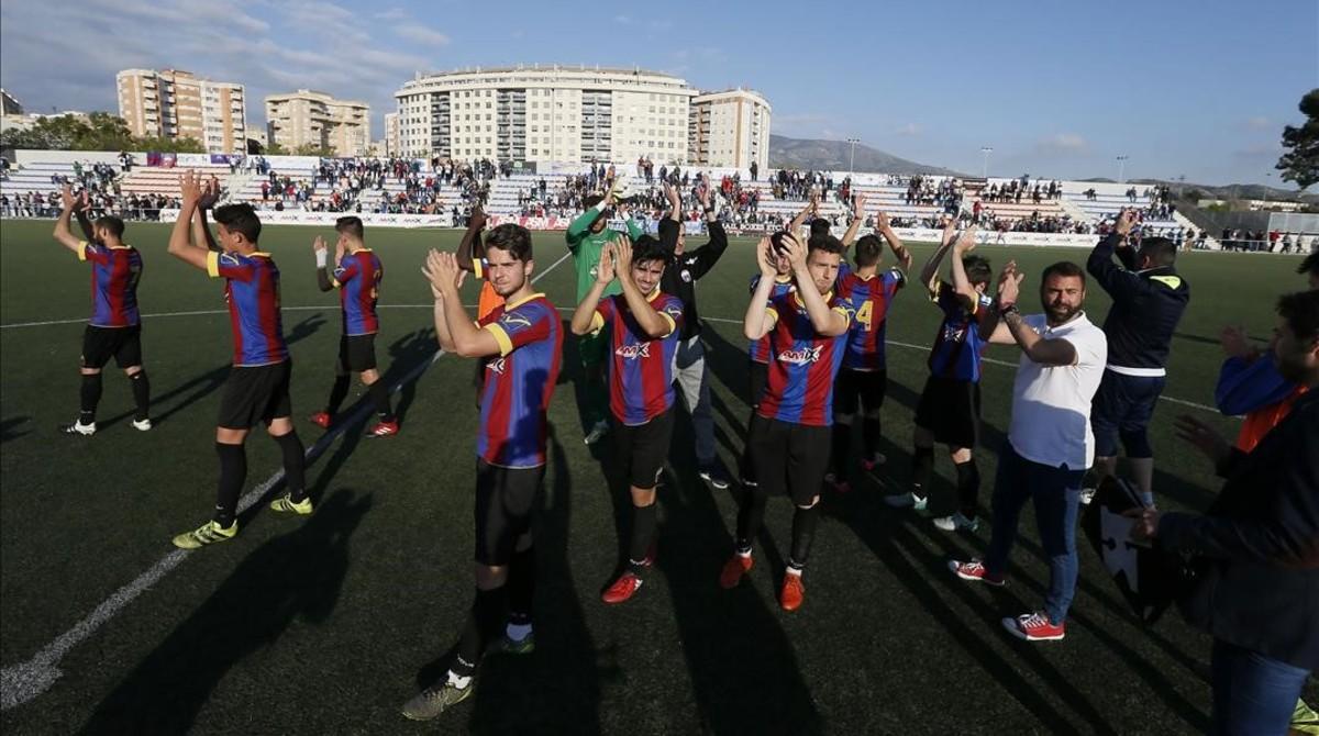 Los jugadores del Eldense corresponden a los aplausos de los aficionados.