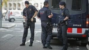 Los Mossos dEsquadra patrullando Las Ramblas a primera hora de la mañana.