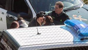 Los padres de Julen, el niño de dos años que cayó a un pozo hace ocho días en Totalán (Málaga), José Rosellóy Victoria García, junto a varios agentes de la Guardia Civil.