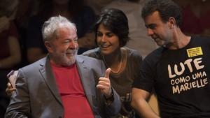 Lula da Silva (izq) habla con Manuela DAvila, del Partido Comunista, y Marcelo Freixo, congresista de Río, durante un mitin de la campaña presidencial en Río de Janeiro, el 2 de abril.