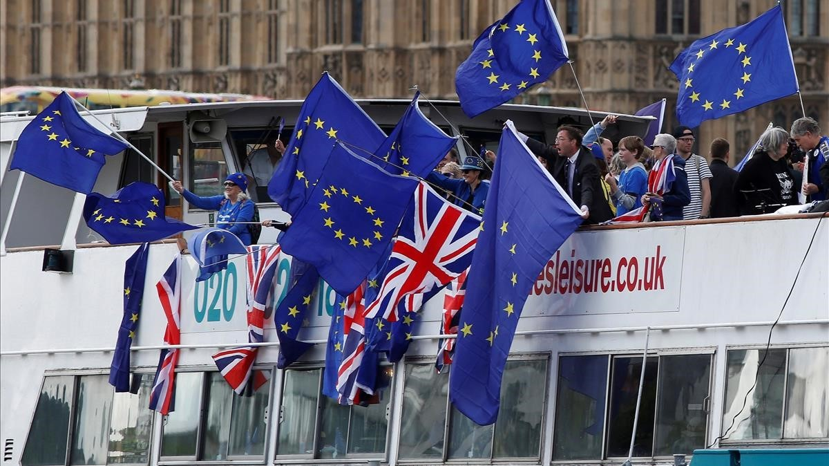Manifestantes antibrexit con banderas de la UE en un trayecto por el Támesis, en Londres, el 19 de agosto.