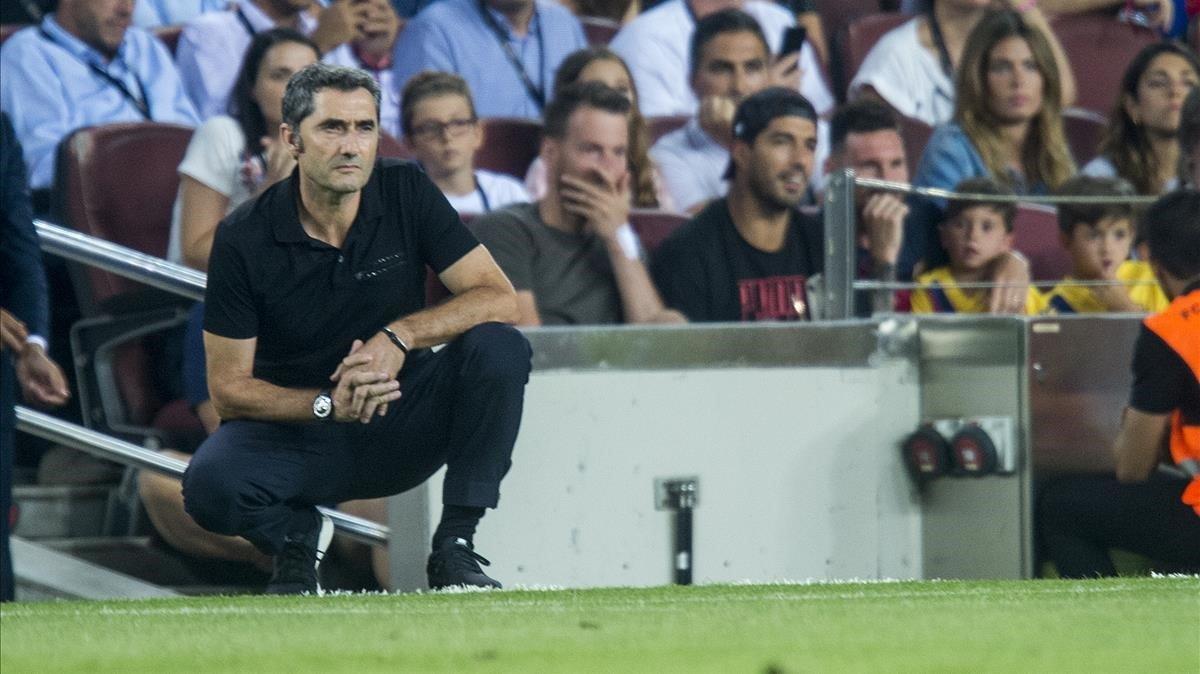 Ernesto Valverde observa el juego durante el partido entre el Barça y el Betis.