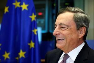 Mario Draghi, presidente del BCE, se dirige a los europarlamentarios, ayer en Bruselas.