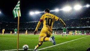 Messi lanza un saque de esquina en el Benito Villamarín en el Betis-Barça.