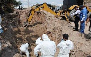 Autoridades exhuman los cuerpos de una fosa clandestina en el estado de Guerrero.
