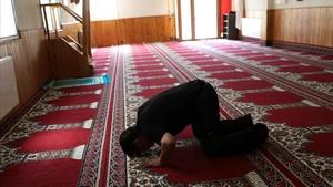 Un hombre reza en la mezquita nueva de Ripoll, donde ofició de imán Abdelbaky Es Satty, y donde, según algunos familiares de terroristas del 17-A, profería sermonesincendiarios.