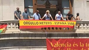 Miembros de España 2000 en el balcón del Ayuntamiento de Valencia.