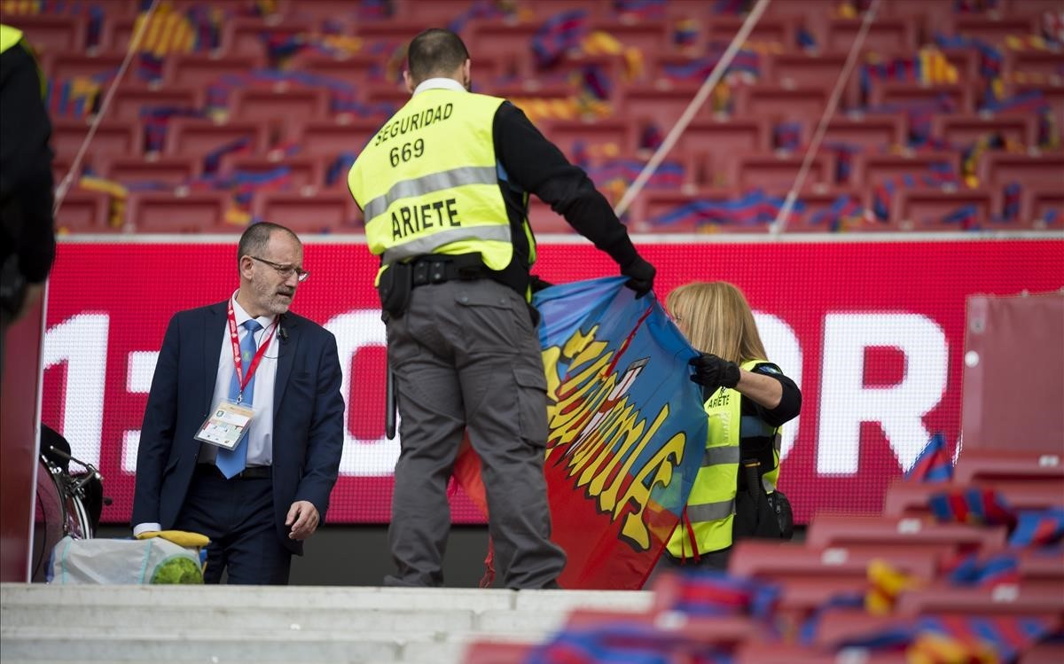 Miembros de seguridad supervisan el material de los aficionados azulgrana antes de la final
