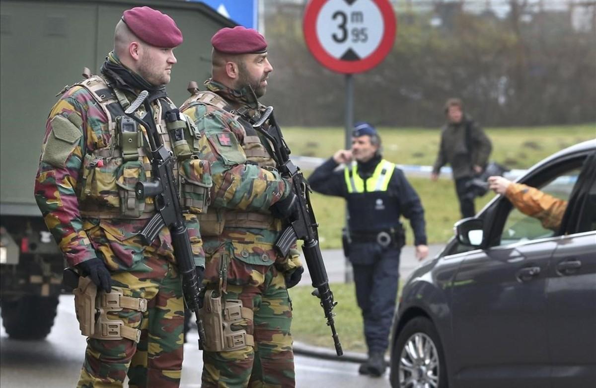 Militares belgas patrullan las inmediaciones de aeropuerto de Zaventem, en Bruselas.