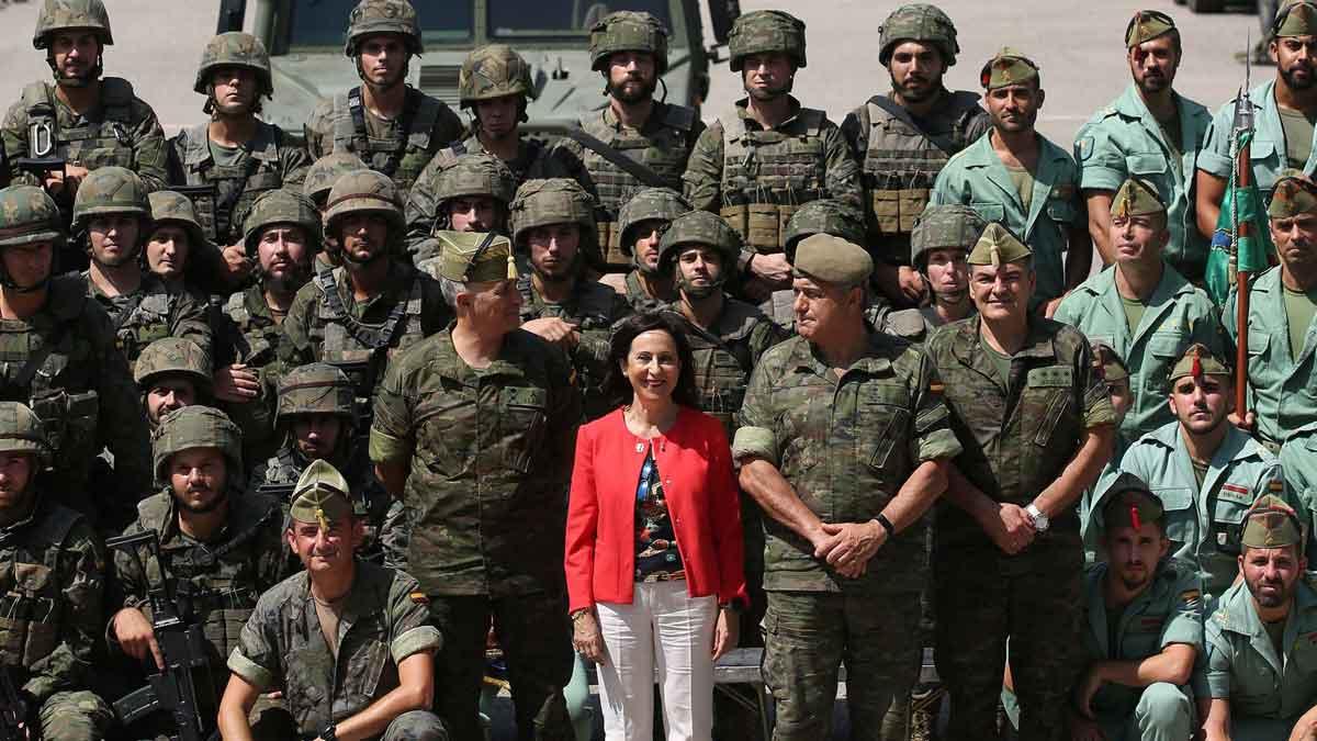 Margarita Robles junto a unidades de la Legión en Ronda. El Ministerio de Defensa ha anunciado que paraliza la venta de armas a Arabia Saudí.