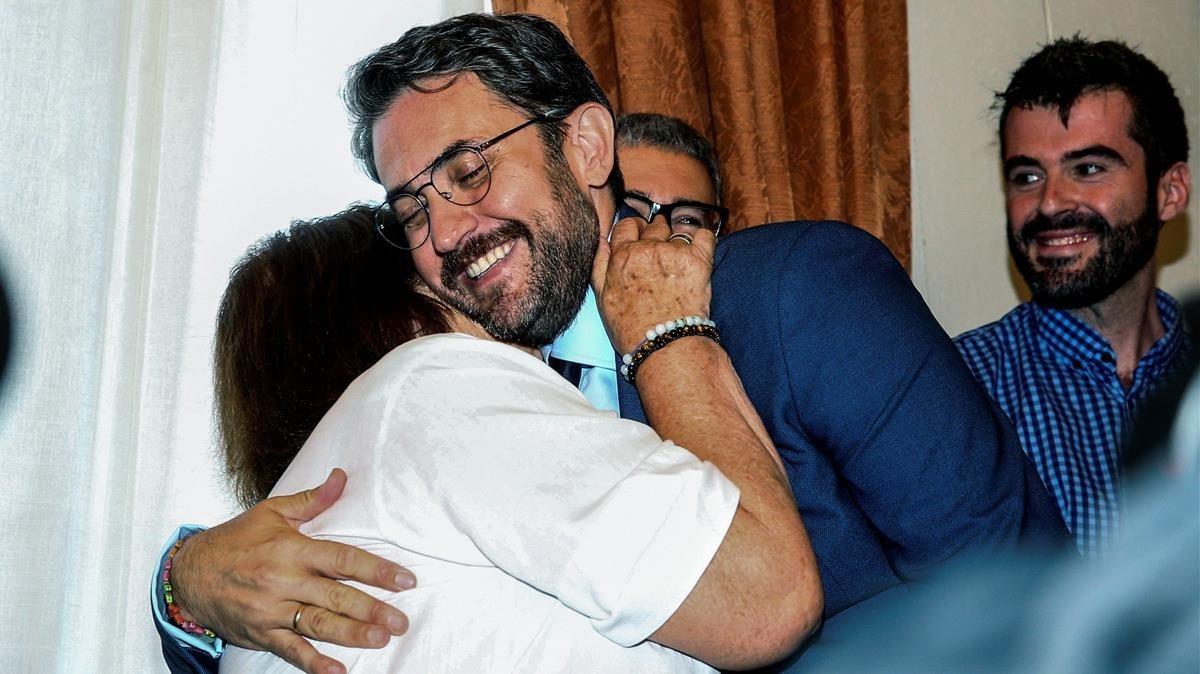 El ministro de Cultura y Deporte, Màxim Huerta, se abraza con su madre tras la ceremonia de traspaso de carteras.