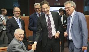 El ministro de Finanzas alemán, Wolfgang Schauble, (izquierda), el presidente del Eurogrupo, Jeroen Dijsselbloem, (centro) y el ministro de Finanzas luxemburgues, Pierre Gramegna, durante la reunion del Eurogrupo celebrada en Bruselas.