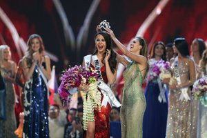Miss Philippines Catriona Gray is crowned Miss Universe during the final round of the Miss Universe pageant in Bangkok Thailand December 17 2018 REUTERS Athit Perawongmetha