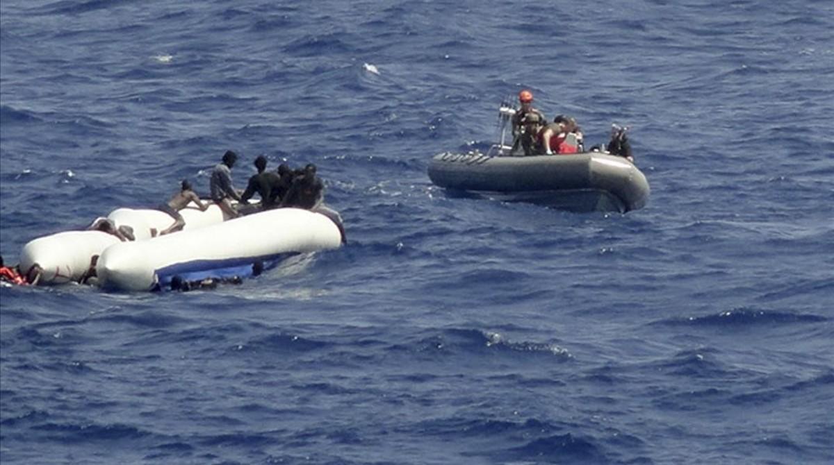 Momento del rescate de las dos embarcaciones del Trento.