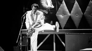Chuck Berry actúa durante el concierto de celebración de su 60 cumpleaños, en 1986, en el teatro Fox de St. Louis.