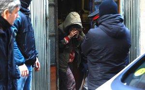 Mujer detenida en la operación antidroga de los Mossos, en la calle de Fontrodona, en el Poble Sec.