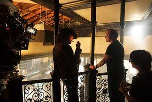 DiCaprio recibe las órdenes de Tarantino antes de rodar una escena.