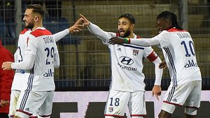 Nabil Fekir celebra con sus compañeros el gol del Lyon al Montpellier.