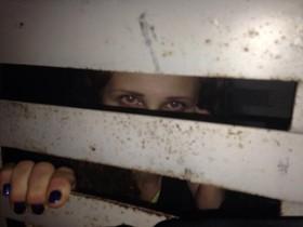 Nadia Tolokónnikova, en una foto que se ha hecho en el furgón policial y que ha colgado en su cuenta de Twitter.
