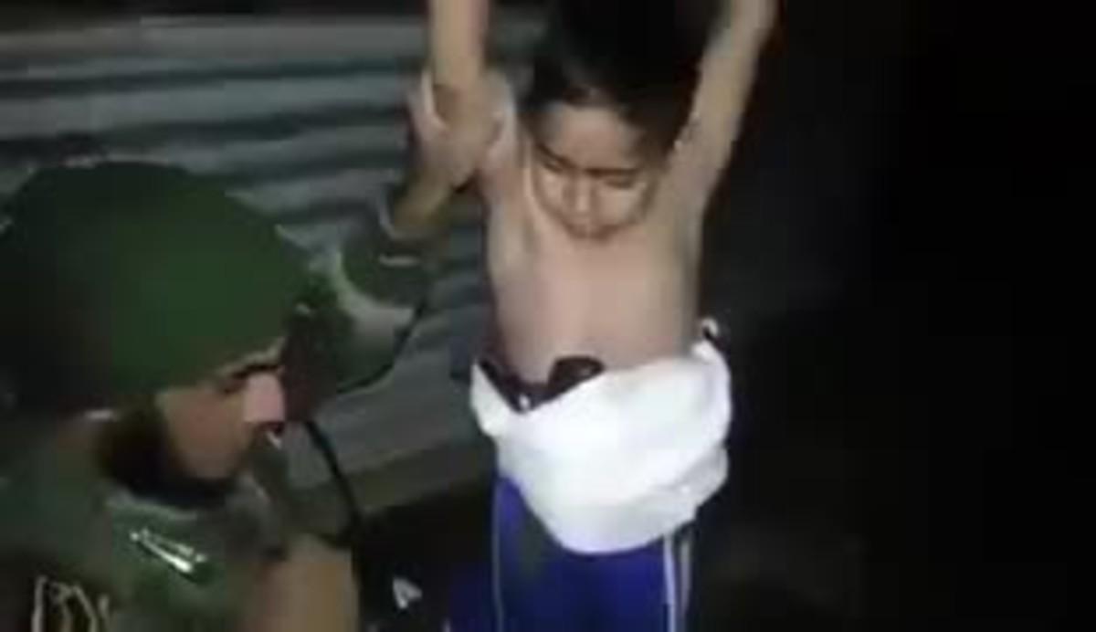 Vídeo del moment en quèun soldat iraquià retira a un nen de set anys una bomba que portava adossada al cos.