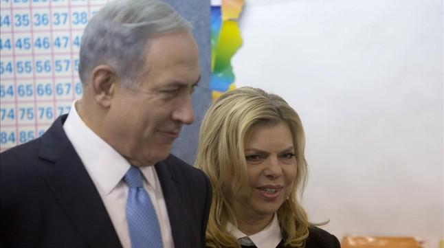 Netanyahu, junto a su mujer, tras dipositar el voto en las urnas, en un colegio electoral de Jerusalén.