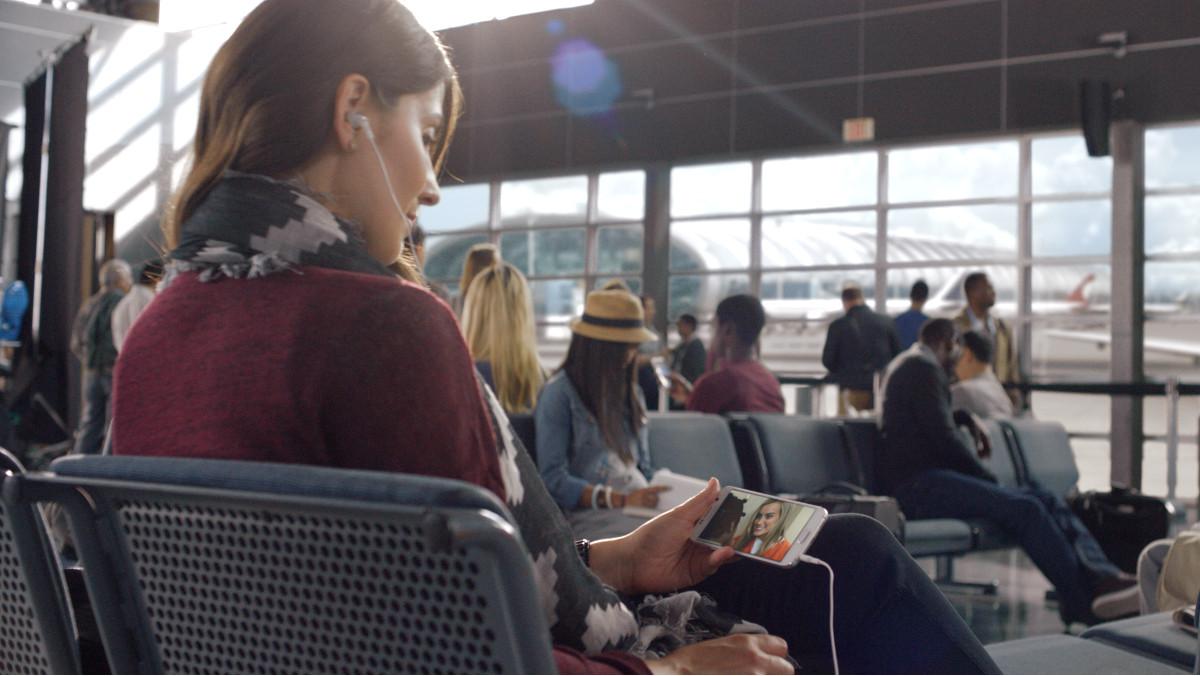 Imagen promocional de Netflix simulando un clientes de la plataforma viendo una de sus series en un aeropuerto.