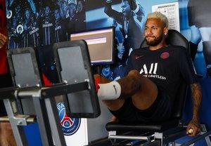 Neymar, en el gimnasio del Paris SG en su primer día de entrenamiento con el club francés.