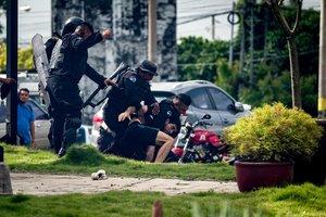La policía de Nicaragua detiene a un estudiante opositor al Gobierno.