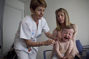 Un niño es vacunado en un CAP de Barcelona.