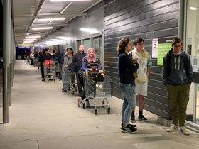 Clientes de un supermercado hacen cola en Nueva Zelanda.