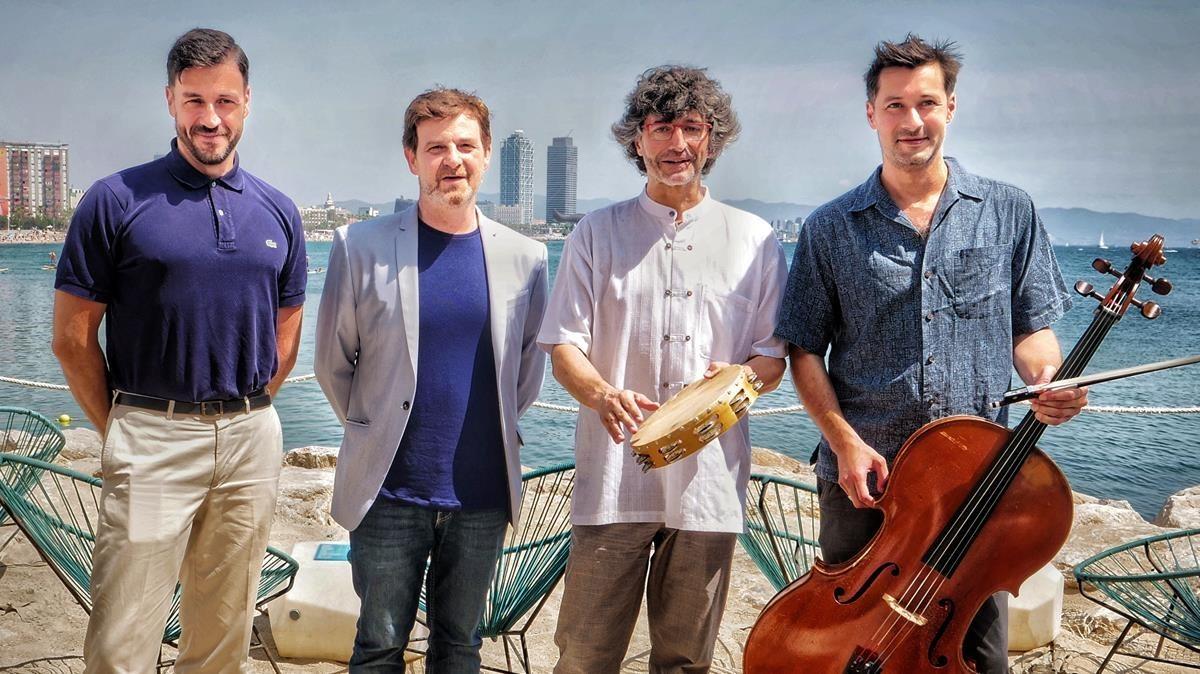 De izquierda a derecha,Jordi Tort,Álvaro Albiach, Ignasi Vila y Jean-Baptiste Texier, en la playa de Sant Sebastià cerca del escenario donde tocará la OBC este sábado.