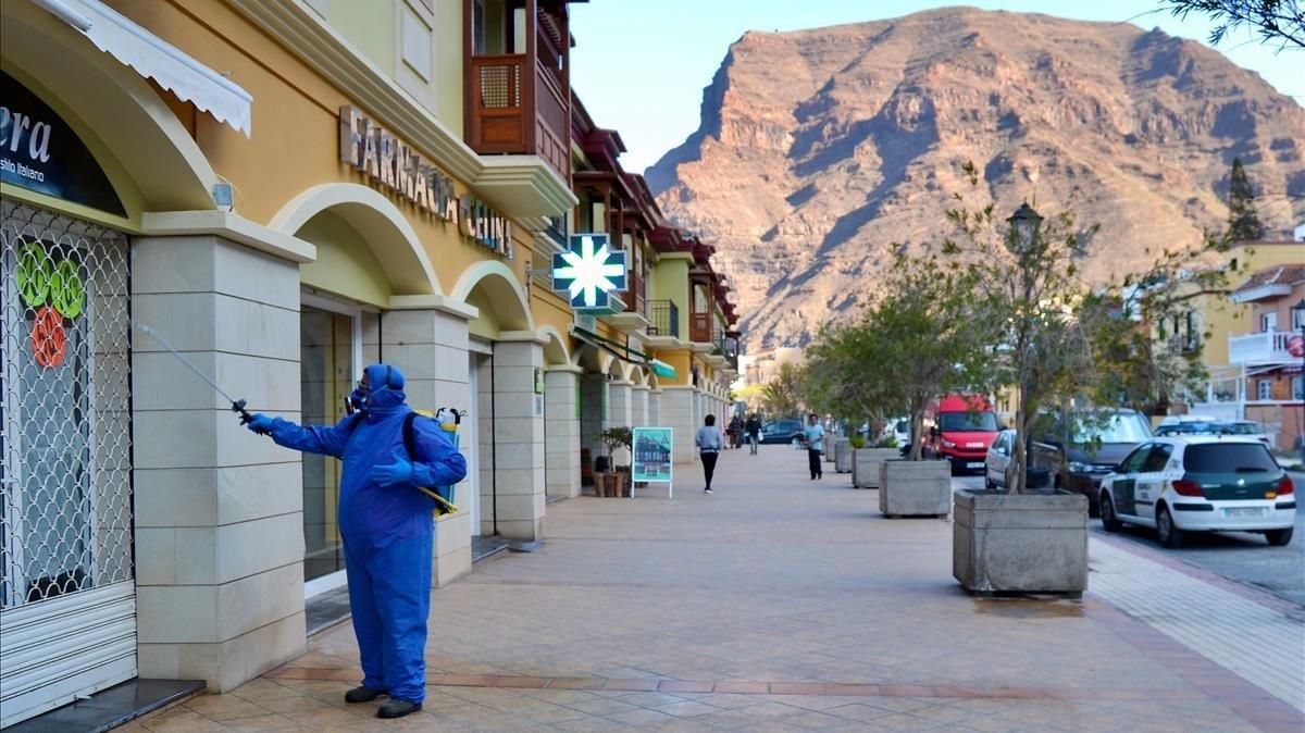 Un operario municipal realiza labores de desinfección en La Gomera.