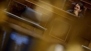 Pablo Iglesias, en su escaño en el Congreso, a la espera de que comience el pleno.