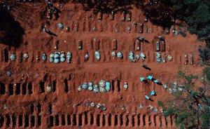 AME2354. SAO PAULO (BRASIL), 26/05/2020.- Vista aérea este martes desde un dron que muestra a trabajadores enterrando víctimas mortales de la pandemia COVID-19, en el cementerio de Vila Formosa, el más grande de América Latina, en Sao Paulo (Brasil). Brasil confirmó 807 nuevas muertes por coronavirus el lunes, con lo que el total de fallecidos llegó a 23.473, mientras que los casos ascendieron a 374.898, según informó el Ministerio de Salud. EFE/ PAULO WHITAKER
