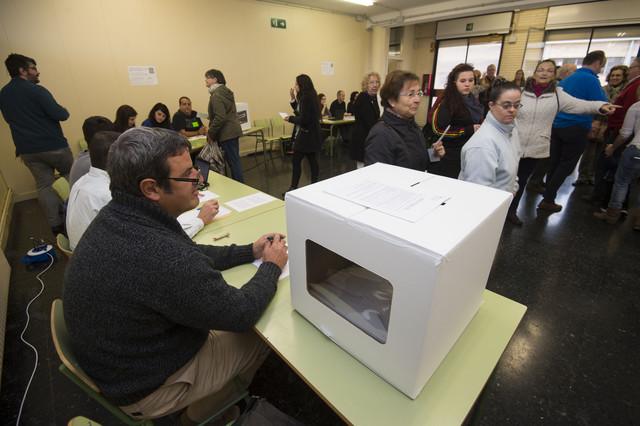 Participantes en la consulta del 9-N, en Mora d'Ebre.