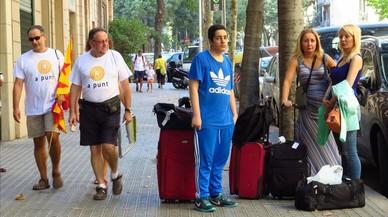 Participantes a la manifestación de la Diada y turistas coinciden en la calle en Barcelona, horas antes de la marcha.
