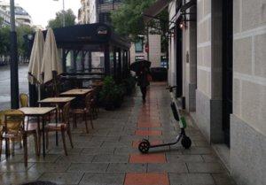 La 'liga de apartinetes': los peatones se organizan para combatir los patinetes en las aceras de Madrid