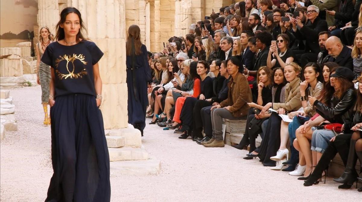 Una imagen del desfile de la colección crucero de Chanel, que ha tenido lugar en el Grand Palais de París.